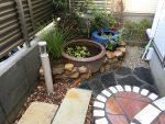 水鉢とビオトープのある小さな庭
