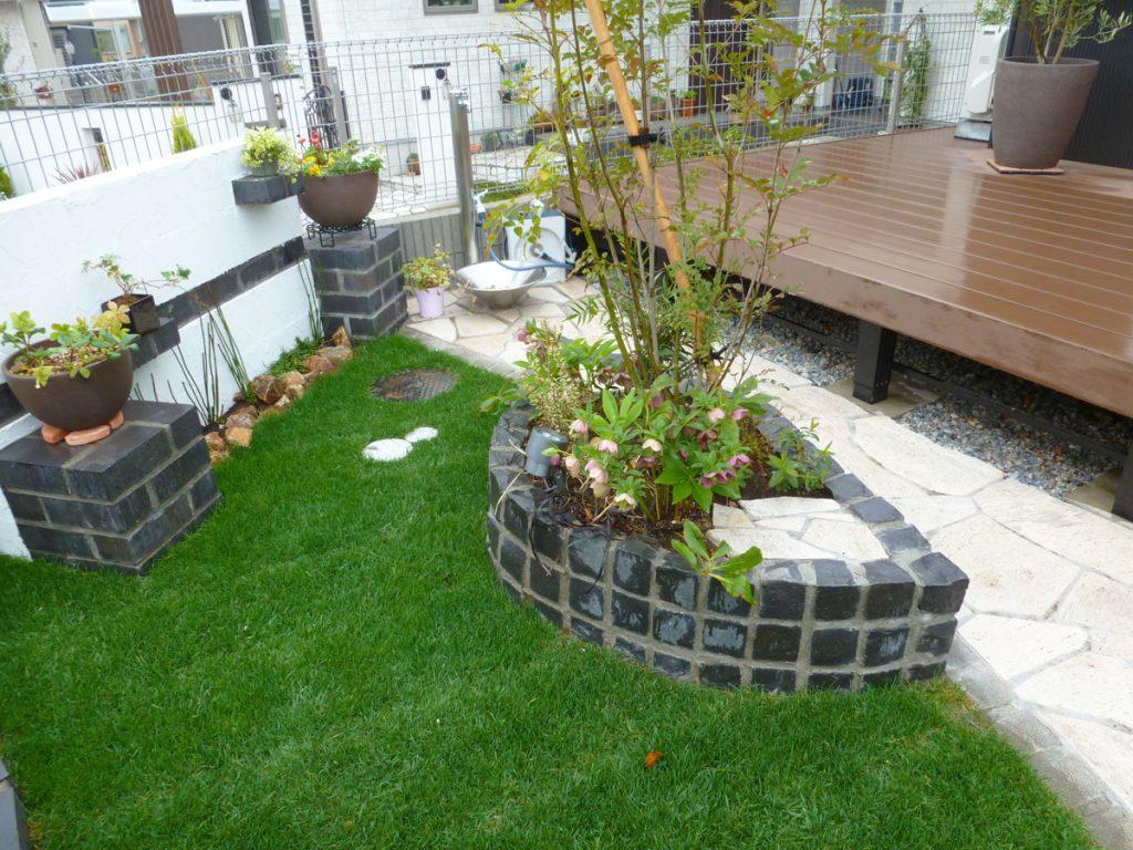 三角庭の変形スペースを黒と白のモノトーン調の庭へ(幕張町)