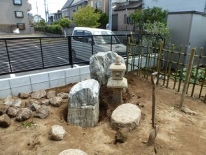 和の庭、景石、灯篭、竹垣